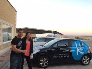 Nadia y Tomás con el coche de Netkia